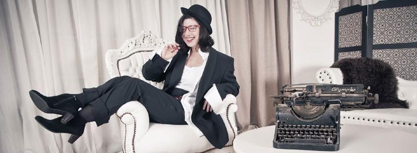 Maja Keaton mit Schreibmaschine lachend