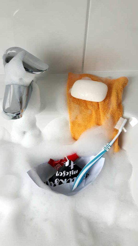 Die Ausstattung für das Waschen am Waschbecken